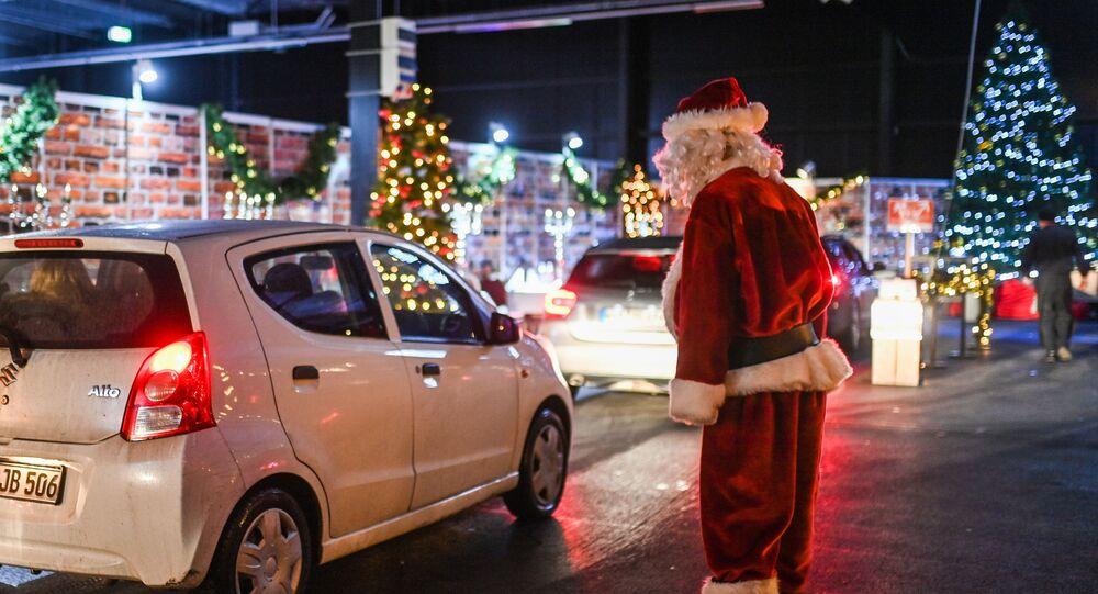 بابا نويل يرحب بالزوار عند الدخول إلى سوق عيد الميلاد في محطة الطاقة النووية القديمة في كالكار، غرب ألمانيا11 ديسمبر 2020
