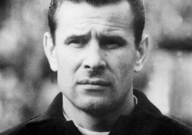 صورة التقطت في يناير 1966 في موسكو للحارس السوفيتي ليف ياشين ، 36 عاما ، مرتديا قميص ناديه دينامو موسكو