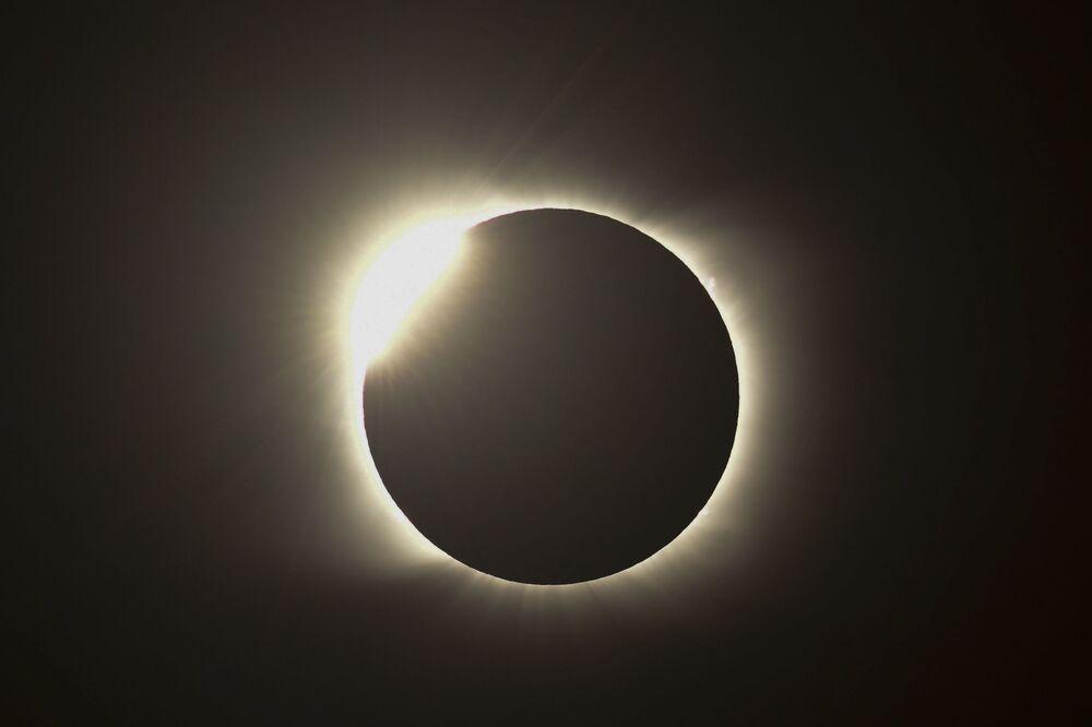 تأثير الحلقة الماسية خلال الكسوف الكلي للشمس من بيدرا ديل أغيلا، مقاطعة نيوكوين، الأرجنتين في 14 ديسمبر 2020