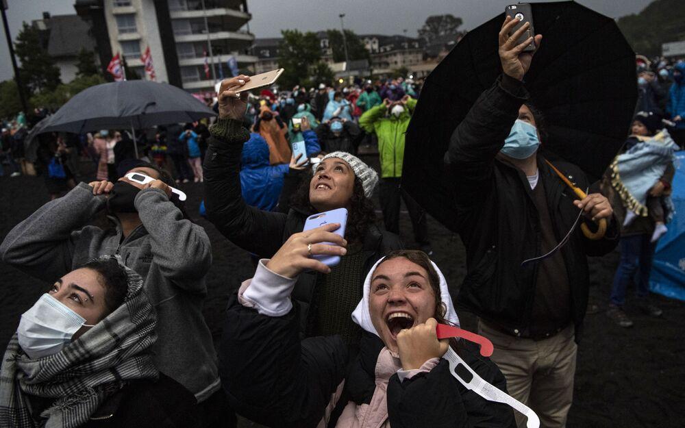 أهالي فيلاريكا يشاهدون الكسوف الكلي للشمس في شوارع المدينة، تشيلي في 14 ديسمبر 2020