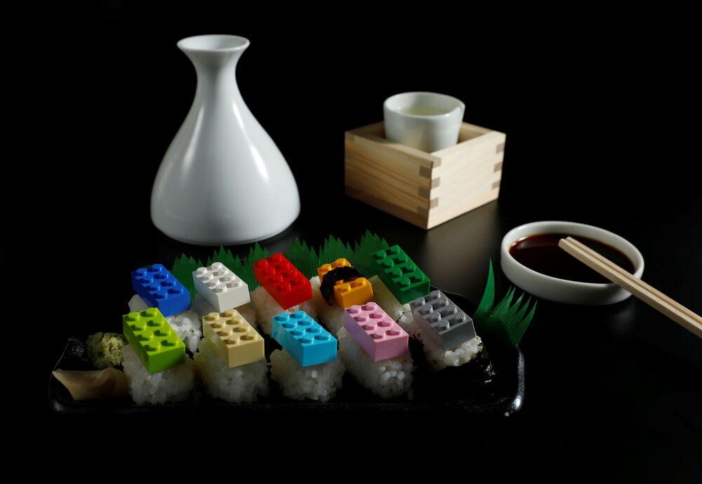 مكعبات لعبة الليغو التي يبلغ وزنها الإجمالي 22 جرامًا، وهو ما يعادل كمية البلاستيك التي يمكن أن يأكلها شخص ما في شهر واحد، معروضة فوق قطع أرز السوشي في هذا الرسم التوضيحي الذي تم التقاطه في طوكيو، اليابان 11 نوفمبر 2020