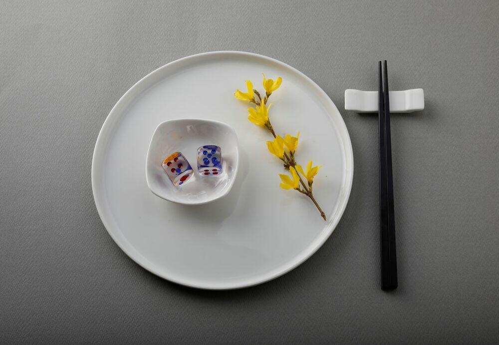 نرد بلاستيكي يزن 21 غرامًا معًا، وهو ما يعادل كمية البلاستيك التي يمكن أن يأكلها شخص ما في شهر واحد، معروضة على طبق في هذا الرسم التوضيحي الذي تم التقاطه في طوكيو، اليابان 31 مارس 2020.