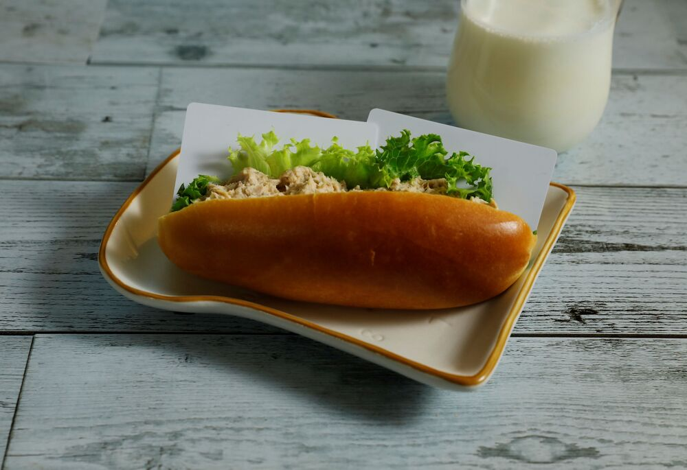 بطاقات بلاستيكية تزن 7 غرامات، أي ما يعادل كمية البلاستيك التي يمكن أن يأكلها شخص ما في عشرة أيام، معروضة داخل شطيرة سلطة التونة مع كوب من الحليب في هذا الرسم التوضيحي الذي تم التقاطه في طوكيو، اليابان 11 نوفمبر 2020.
