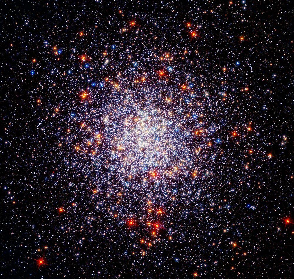 هذه الصورة للعنقود النجمي الكروي كالدويل 87 (أو إن جي سي 1261، هو عنقود مغلق في كوكبة الساعة) بين الملاحظات التي تم إجراؤها بواسطة كاميرا هابل واسعة المجال 3 في الضوء المرئي والأشعة فوق البنفسجية جنبًا إلى جنب مع الأشعة تحت الحمراء من الكاميرا المتقدمة للرصد الفلكي. ساعدت هذه الكاميرا علماء الفلك على تتبع حركات نجوم العنقود وفهم الوفرة الكيميائية للنجوم بشكل أفضل.