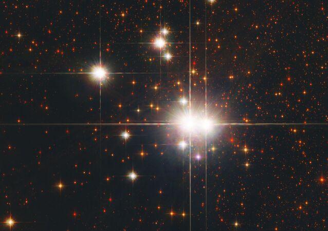 هذا العنقود النجمي المفتوح هو كالدويل 82 (أو إن جي سي 6193)، يحوي حوالي 30 نجمًا.