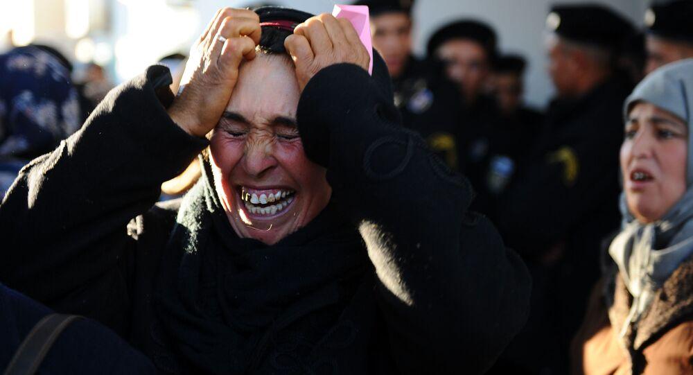 امرأة تبكي أمام مبنى المحافظة وهي تنتظر مع أشخاص آخرين لمقابلة المحافظ في سيدي بوزيد، تونس  10 يناير 2011