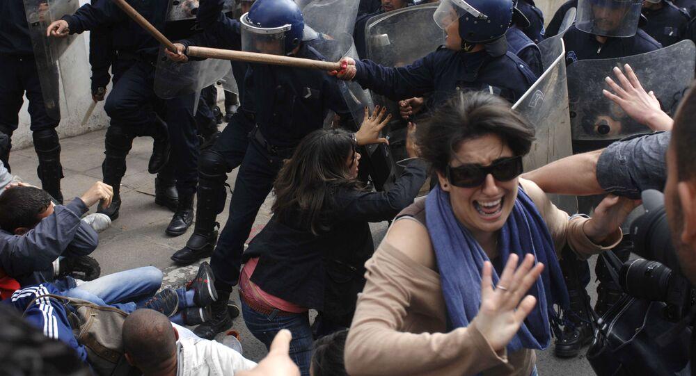 تفاعل الطلاب خلال مواجهات مع الأمن والشرطة في الجزائر العاصمة، 12 أبريل 2011