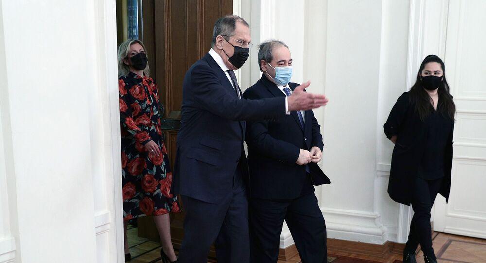 وزير الخارجية الروسي سيرغي لافروف ونظيره السوري فيصل المقداد