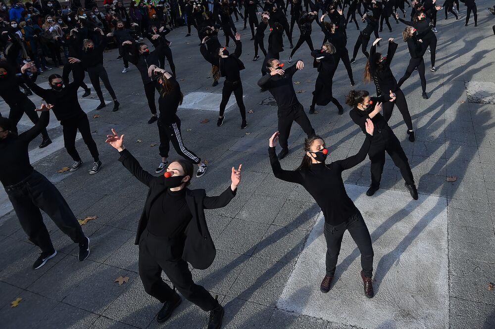 مجموعة من 180 راقصاً من فرقة es essentiels، يرقصون خلال عرض في 12 ديسمبر 2020 في مونبلييه، احتجاجًا على سياسة الصحة للحكومة وعلى القرارات المتخذة بشأن الثقافة في فرنسا.