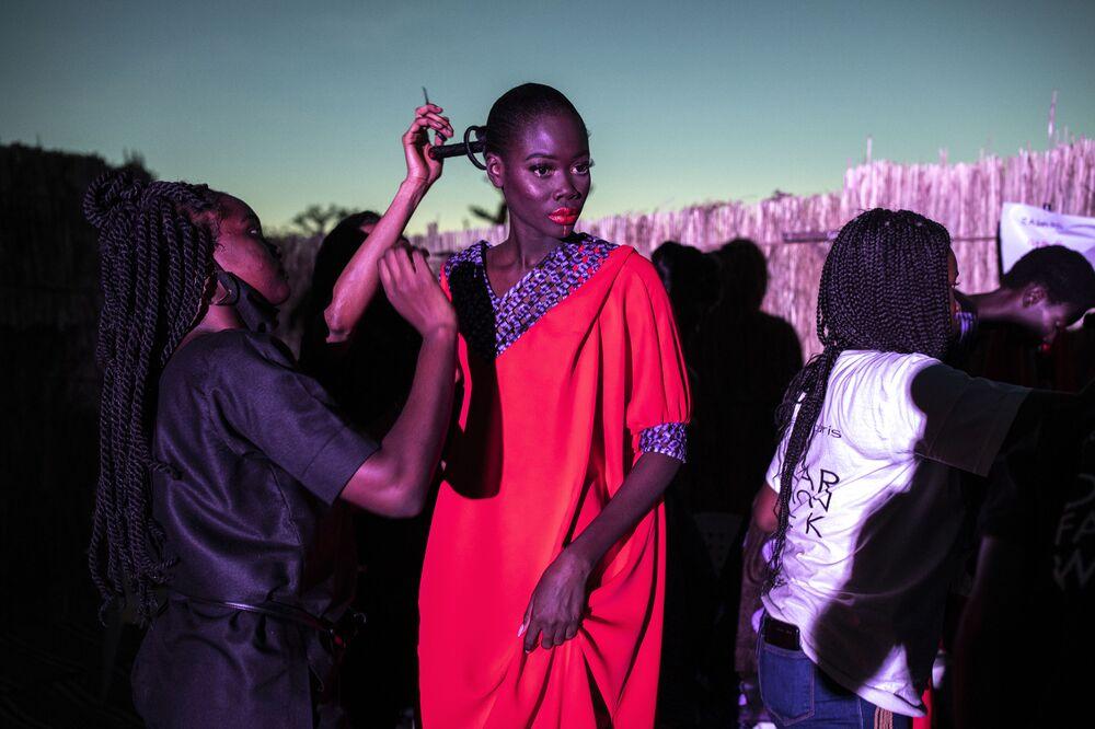 عارضة أزياء تضع اللمسات الأخيرة على ملابسها خلال أسبوع الموضة في داكار، سنغال 12 ديسمبر 2020