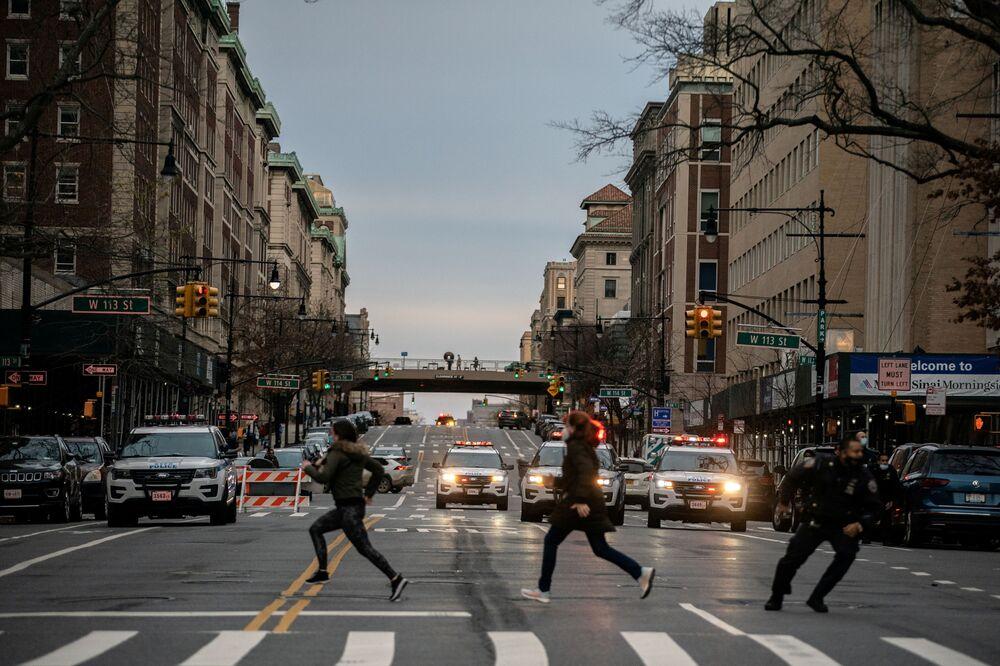 الناس يركضون بعد أن فتح رجل النار خارج كاتدرائية سانت جون في حي مانهاتن في مدينة نيويورك، ولاية نيويورك، الولايات المتحدة، 13 ديسمبر 2020