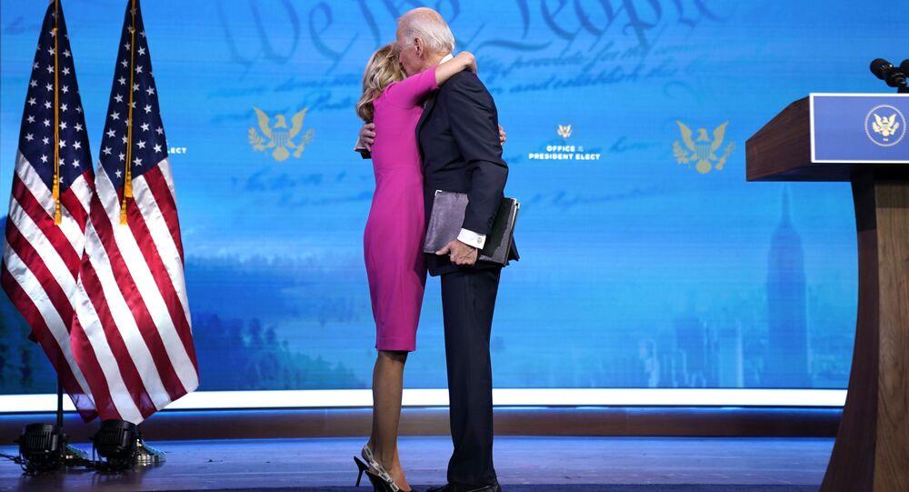 ويلمنغتون، ديلاوير - 14 ديسمبر: الرئيس الأمريكي المنتخب جو بايدن يحتضن زوجته جيل بايدن، بعد التحدث عن عملية التصديق على تصويت الهيئة الانتخابية في مسرح كوين في 14 ديسمبر 2020 في ويلمنغتون، ديلاوير.