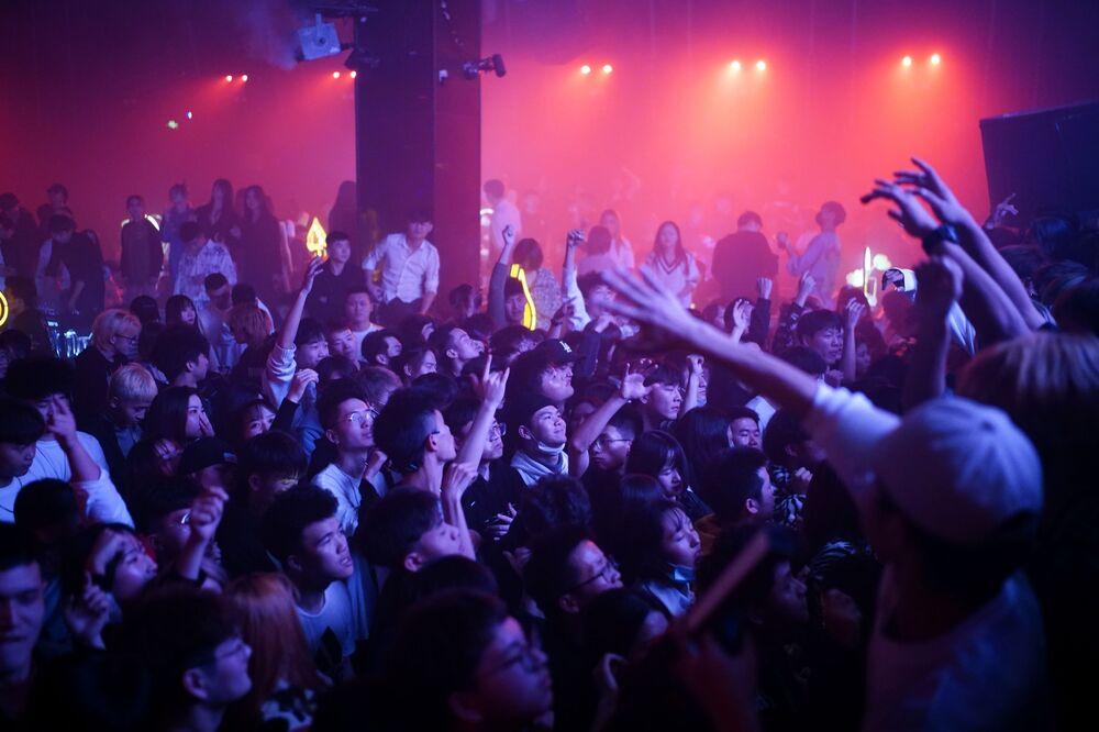 الناس يرقصون في ملهى ليلي، بعد عام تقريبًا من تفشي مرض فيروس كورونا المستجد (كوفيد-19) في ووهان، مقاطعة هوبي، الصين، 12 ديسمبر 2020