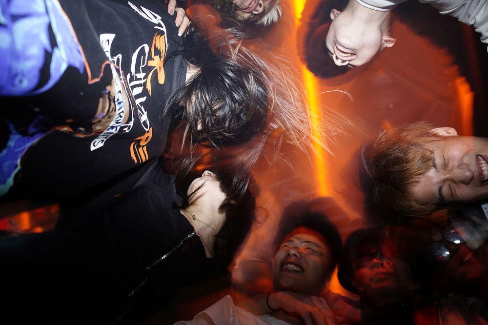 أشخاص يمرحون في نادي ليلي في مدينة ووهان، بعد عام تقريبًا من تفشي مرض فيروس كورونا (كوفيد-19)، مقاطعة هوبي، الصين 12 ديسمبر 2020