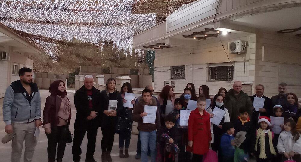 قائد قاعدة القامشلي يكرم سوريين تعلموا اللغة الروسية
