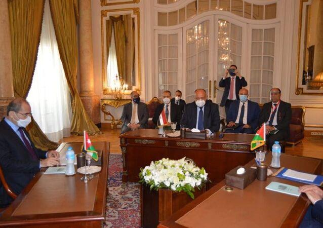 وزير الخارجية المصري سامح شكري ووزير الخارجية الأردني أيمن الصفدي