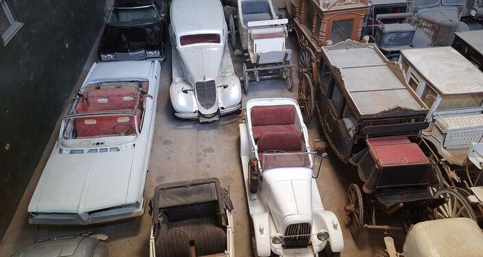 جولة بين أسطول سيد سيما ملك السيارات الأنتيكة في مصر