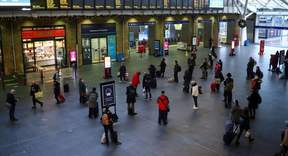 الوضع في بريطانيا مع ظهور سلالة كورونا الجديدة - تعليق الرحلات بين بريطانيا والاتحاد الأوروبي في محطة القطارات كينغز كروس، لندن، إنجلترا 21 ديسمبر 2020