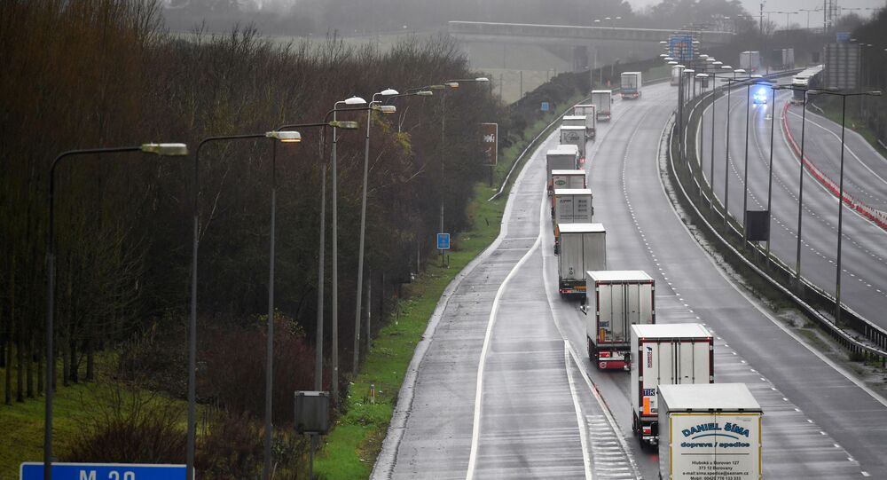 الوضع في بريطانيا مع ظهور سلالة كورونا الجديدة - شاحنات نقل تحت مراقبة الشركة بعد فرض حظر التنقل والسفر بين بريطانيا والاتحاد الأوروبي، فولكستون، إنجلترا 21 ديسمبر 2020
