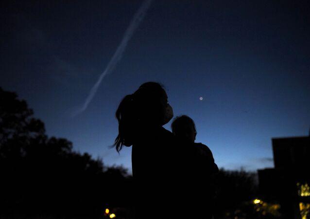 أشخاص يراقبون كوكبي زحل والمشتري في السماء، فوق هيوستن، بولاية تكساس في الولايات المتحدة 21 ديسمبر 2020
