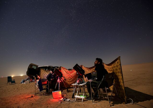 أشخاص يراقبون اقتران كوكبي زحل والمشتري في السالمي، منطقة صحراوية تبعد 120 كلم من مدينة الكويت، الكويت 21 ديسمبر 2020