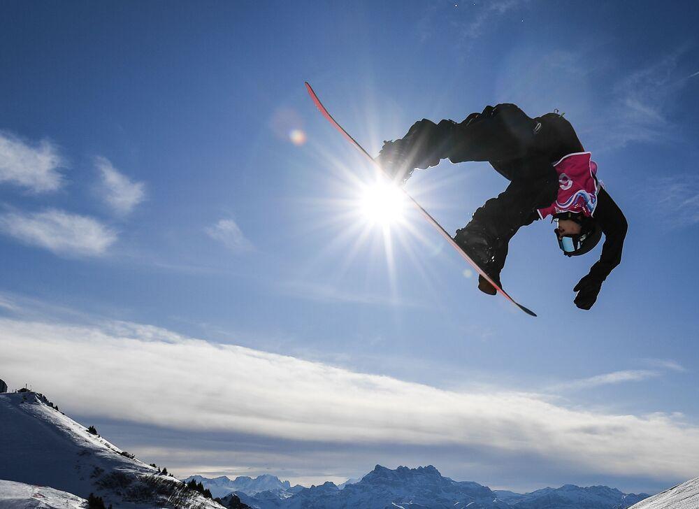 الروسي ياروسلاف لينتشيفسكي يتنافس في مسابقة التزلج على الثلج في دورة الألعاب الأولمبية الشتوية الثالثة للشباب لعام 2020 في لوزان، سويسرا 21 يناير 2020
