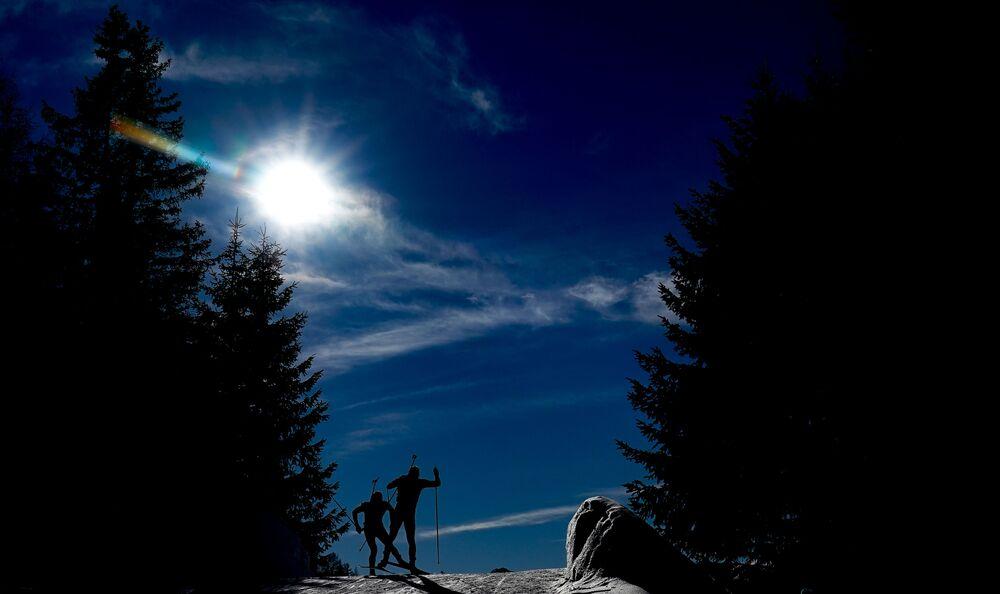 رياضيون خلال سباق ثنائية الرماية والتزلج للمسافات البعيدة في بطولة العالم بين الرجال في أنترسيلفا، إيطاليا 22 فبراير 2020
