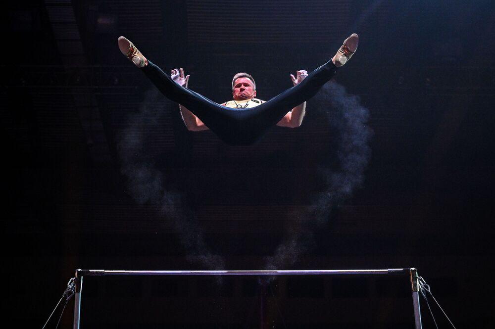 لاعب الجمباز الروسي  أليكسي نيموف خلال عرضه الفني أساطير الرياضة في قصر لوجنيكي الرياضي، 31 أكتوبر 2020