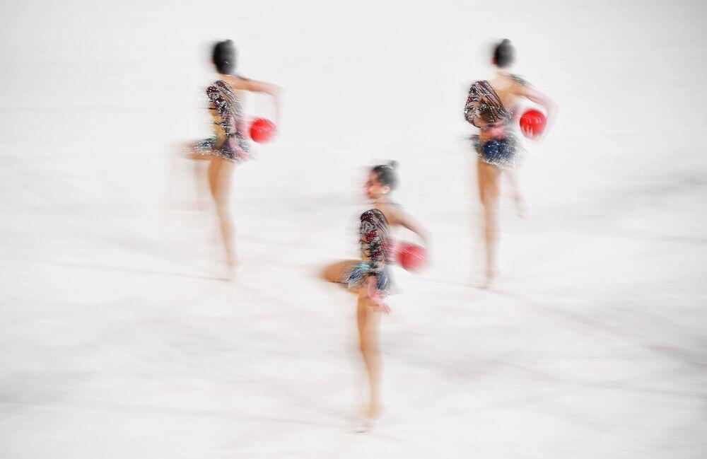 لاعبات منتخب أوزبكستان خلال فقرة الجمباز الإيقاعي مع 5 كرات، في نهائيات الجائزة الكبرى-موسكو لجمباز الإيقاعي الجماعي، 9 فبراير 2020