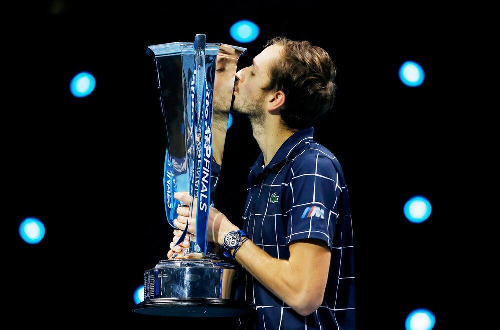 لاعب التنس الروسي دانييل ميدفيديف في حفل توزيع الجوائز بعد فوزه على الأسترالي دومينيك تيم في نهائي التنس الفردي من البطولة النهائية لجمعية لاعبي التنس المحترفين في لندن، إنجلترا 22 نوفمبر 2020