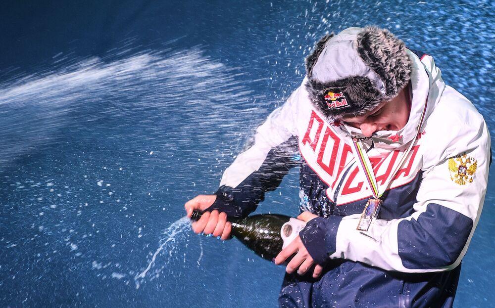 رومان ريبيلوف (روسيا)، الفائز بالمركز الأول في مسابقات الزحافات الثلجية المفردة للرجال في بطولة العالم في سوتشي، خلال حفل توزيع الميداليات 16 فبراير 2020