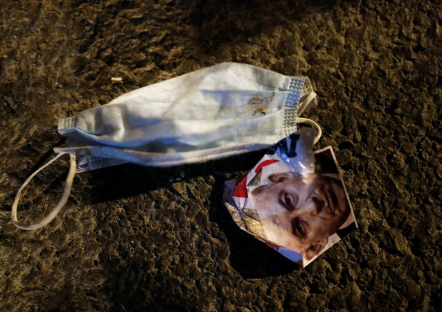 صورة لنتياهو ملقاة على الأرض بجوار كمامة خلال احتجاج على فساد رئيس الوزراء الإسرائيلي وتعامله مع أزمة فيروس كورونا
