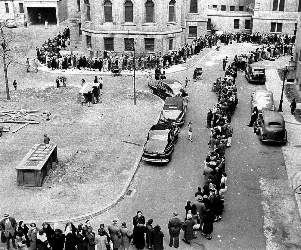 في هذه الصورة التي التقطت في 14 أبريل 1947، يظهر طابور طويل باتجاه مدخل مستشفى موريسانيا في حي برونكس بنيويورك، حيث يقوم الأطباء بتطعيم المواطنين ضد مرض الجدري.