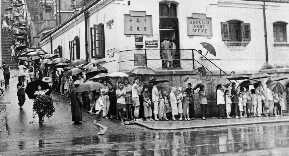 أشخاص يصطفون أمام مركز طبي في هونغ كونغ لأخذ لقاح ضد الكوليرا، 1 سبتمبر 1961