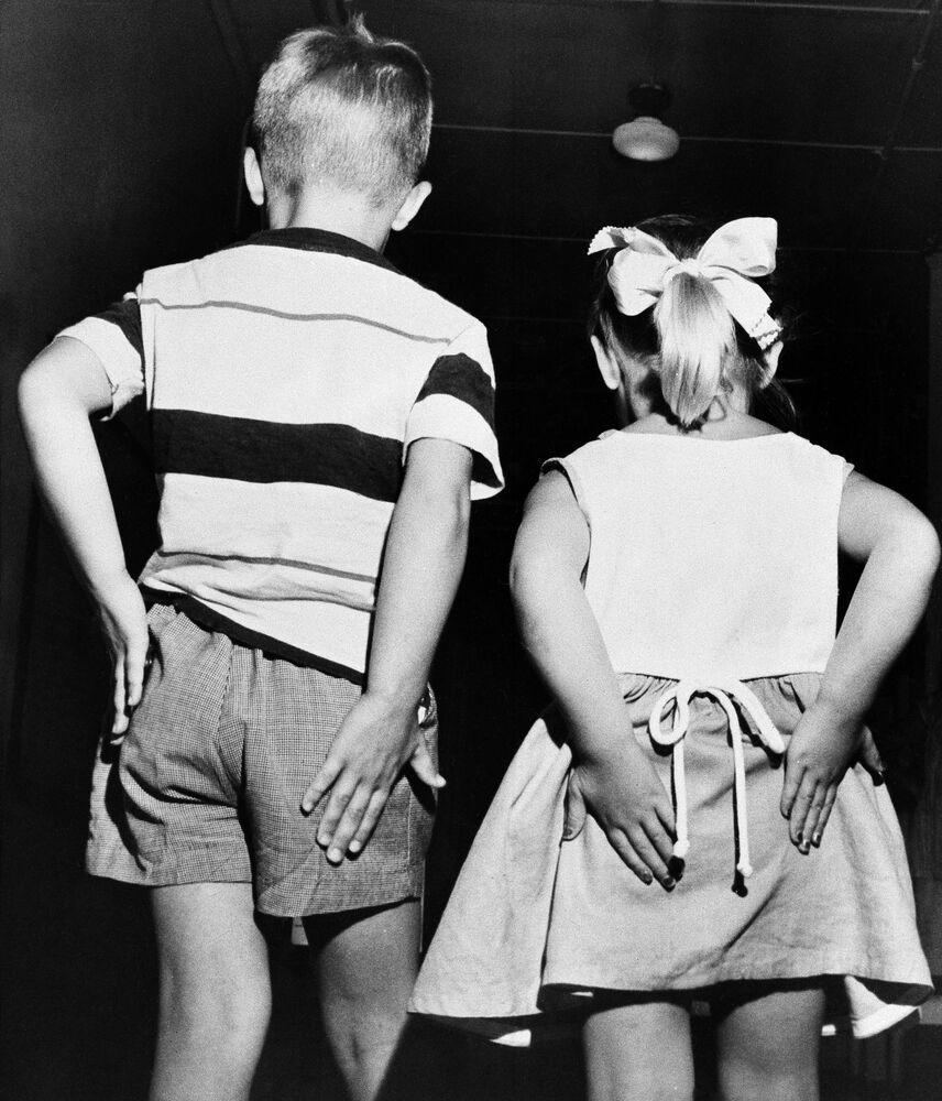 طفلان بعد تلقي تطعيمات غلوبولين غاما (gamma globulin) في اختبار جماعي للقاح ضد شلل الأطفال الوقائي، 2 يوليو 1952