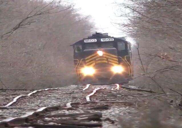 قطار ينطق على سكة حديدية متعرجة