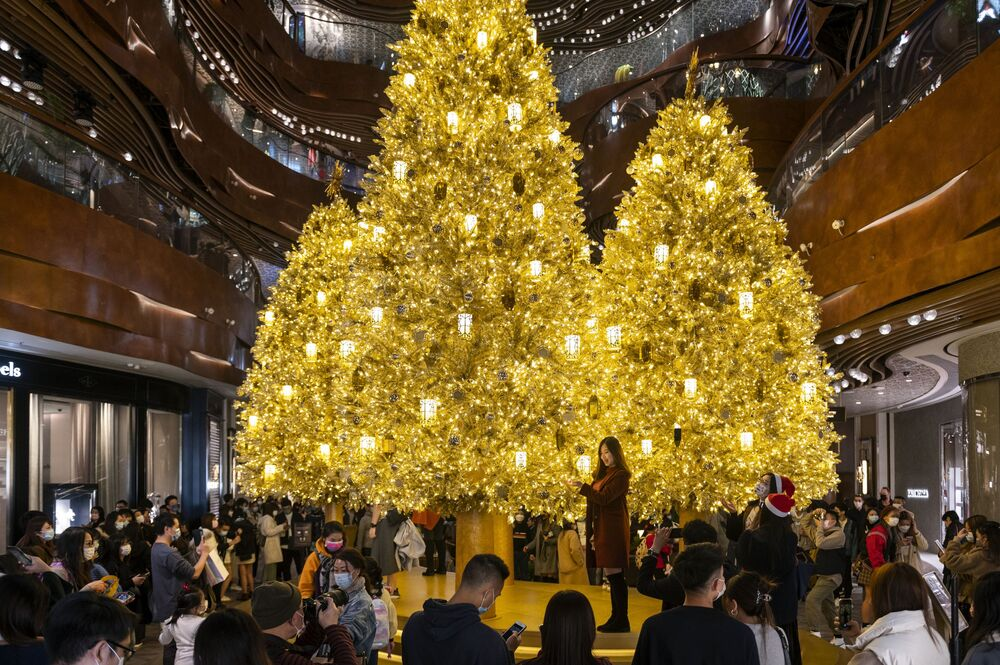 أشجار عيد الميلاد بإضاءة ذهبية في أحد مراكز التسوق التجارية في هونغ كونغ، 19 ديسمبر 2020