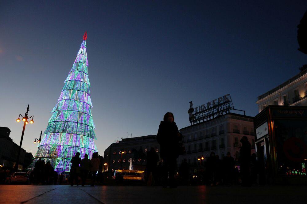 الناس يتجمعون حول شجرة عيد الميلاد في ساحة بويرتا ديل سول، وسط جائحة فيروس كورونا (كوفيد-19) في مدريد، إسبانيا 2 ديسمبر 2020