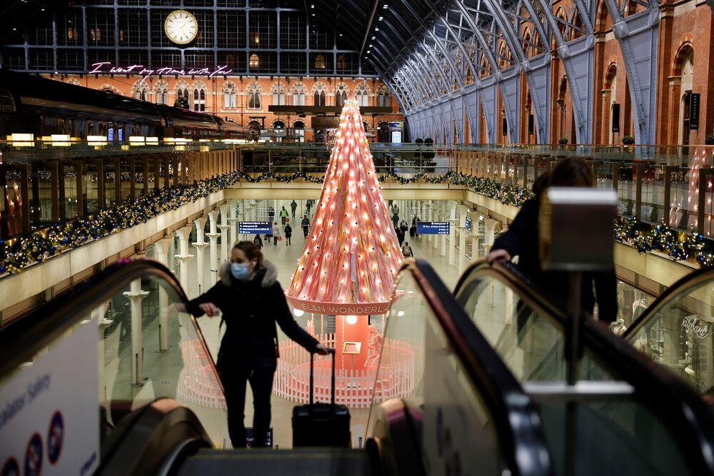 شجرة الأمل في محطة القطارات الرئيسية في لندن، خلال ثاني إغلاق لفيروس كورونا في إنجلترا، 23 نوفمبر 2020