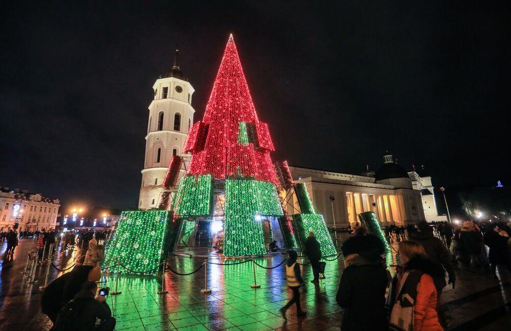 شجرة عيد الميلاد بالقرب من كاتدرائية في مدينة فيلنيوس، 28 نوفمبر 2020