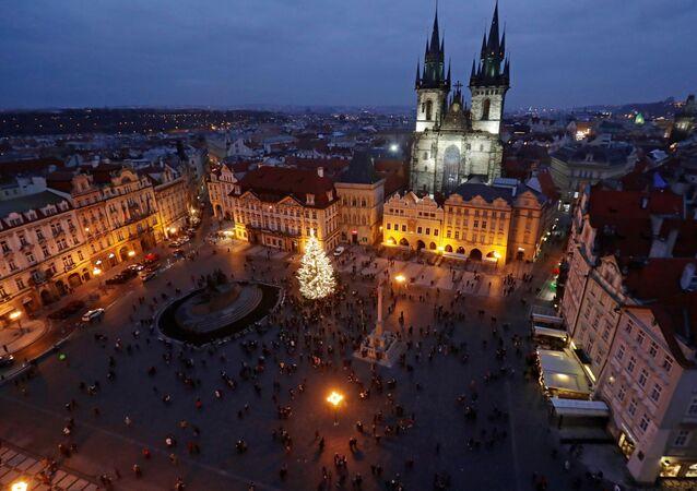 إضاءة شجرة عيد الميلاد مع إلغاء سوق الكريسماس التقليدي في ساحة البلدة القديمة في براغ، بسبب مخاوف من كوفيد-19 جمهورية التشيك، 28 نوفمبر 2020