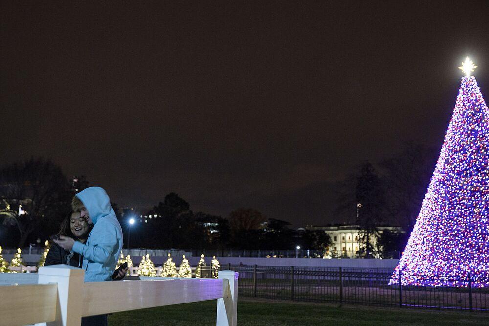 شجرة عيد الميلاد على خلفية البيت الأبيض في واشنطن، الولايات المتحدة 1 ديسمبر 2020