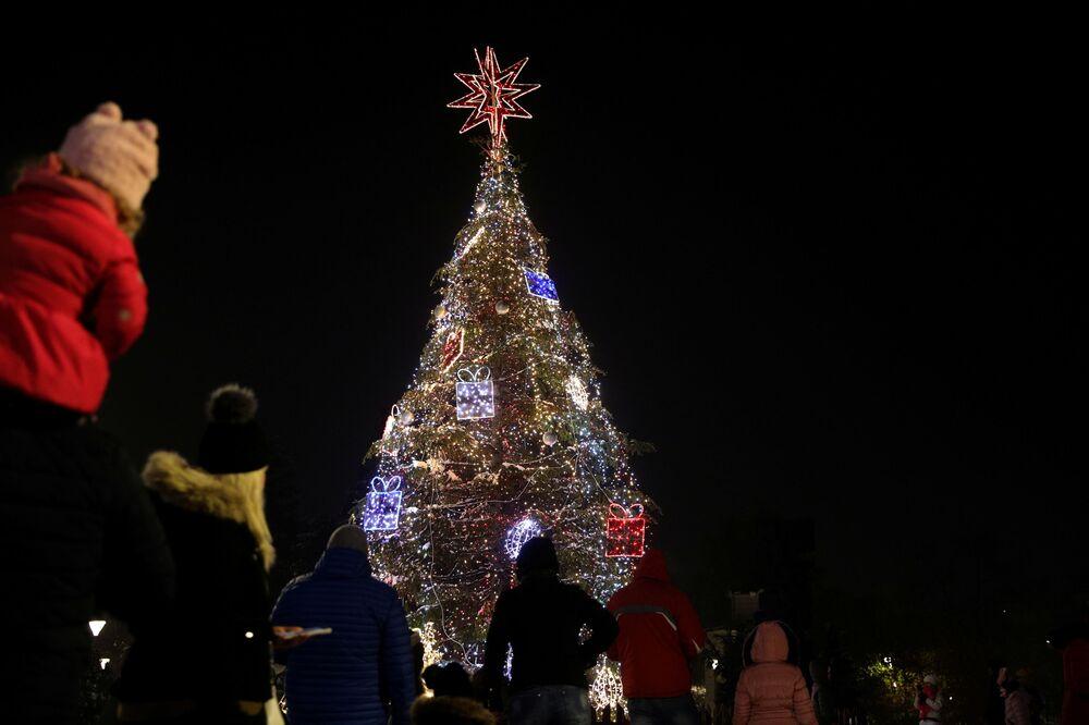 شجرة عيد الميلاد على الساحة الرئيسية في مدينة صوفيا، بلغاريا 1 ديسمبر 2020