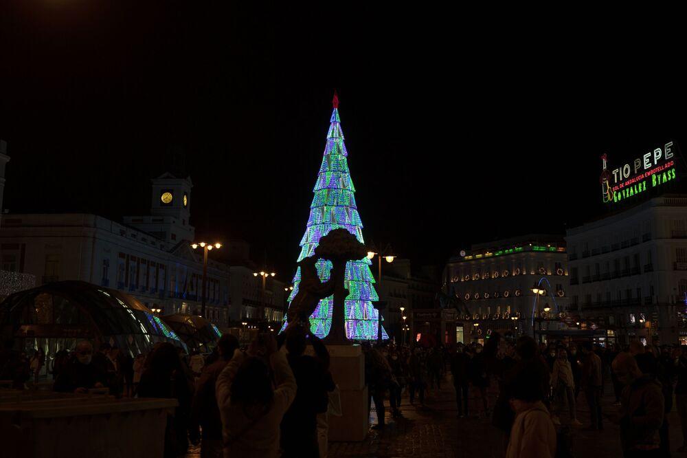 شجرة عيد الميلاد ضخمة في مدينة مدريد، إسبانيا 26 نوفمبر 2020