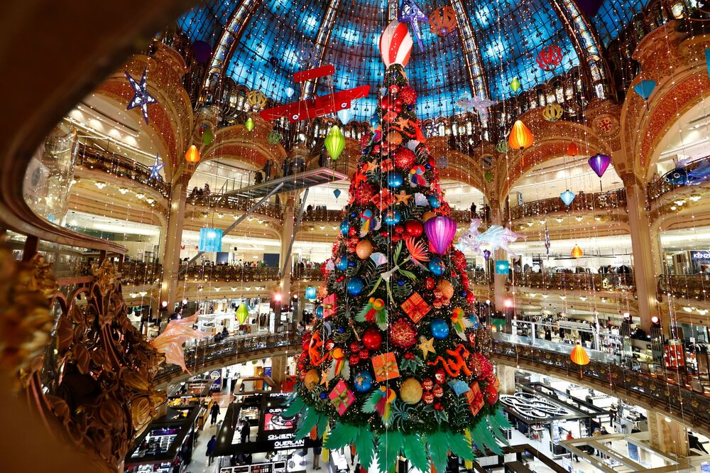 شجرة عيد الميلاد في مركز للتسوق غاليري لافاييت في باريس، 30 نوفمبر 2020