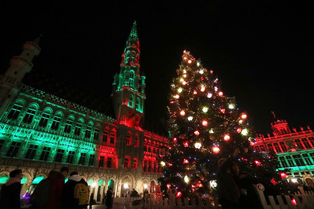 شجرة عيد الميلاد في الميدان الكبير وسط مدينة بروكسل، بلجيكا 27 نوفمبر 2020