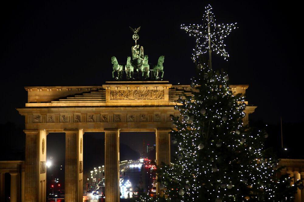 شجرة عيد الميلاد أمام قوس براندنبورغ في مدينة برلين، ألمانيا 26 نوفمبر 2020