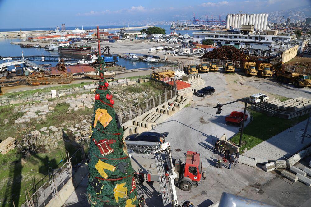 تزيين شجرة عيد الميلاد بأزياء طاقم رجال الإطفاء والانقاذ في بيروت، من تصميم الفنانة التشكيلية اللبنانية حياة ناظر، تكريما لمن فقدوا أرواحهم في عمليات الإطفاء والإنقاذ في انفجار مرفأ بيروت، لبنان 18 ديسمبر 2020