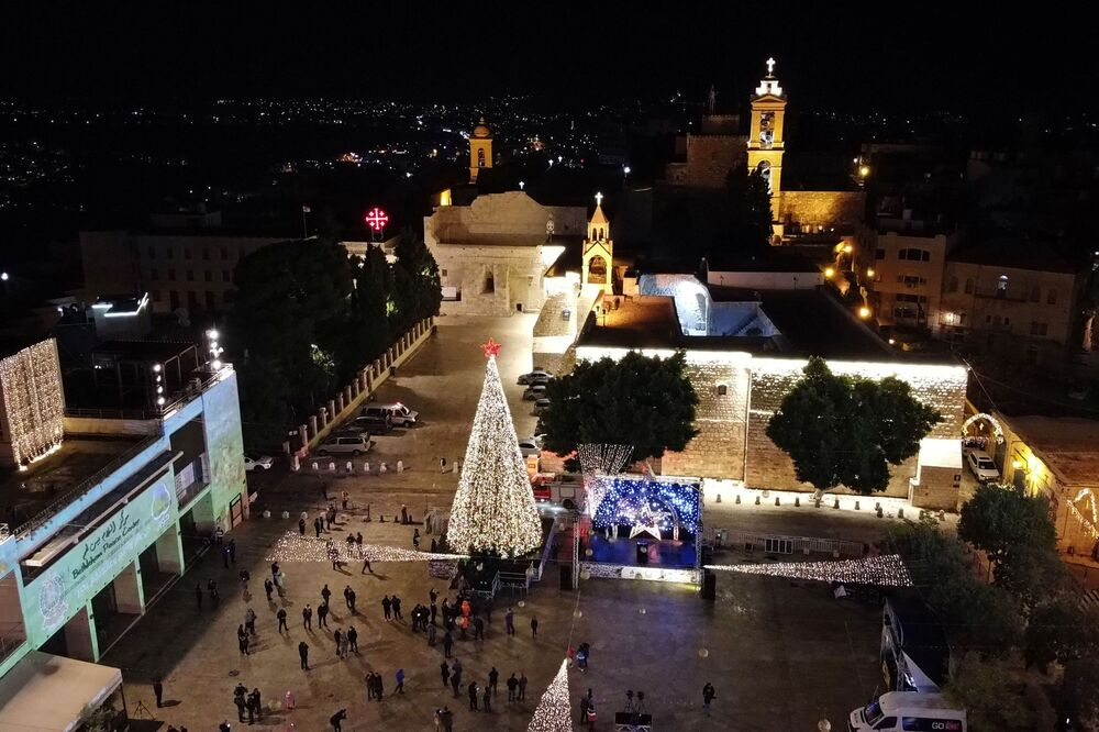 إضاءة شجرة عيد الميلاد في ساحة كنيسة المهد في بيت لحم، فلسطين 5 ديسمبر 2020