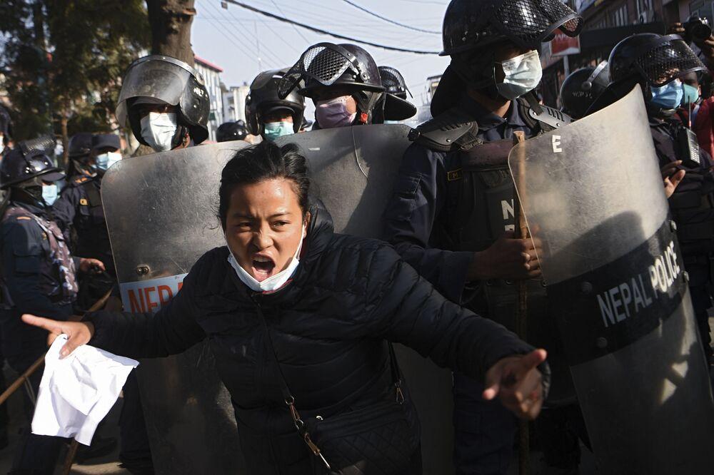 متظاهر من اتحاد الطلاب النيباليين المرتبط بحزب المؤتمر المعارض يهتف بشعارات خلال مظاهرة بعد حل البرلمان فجأة في كاتماندو، 20 ديسمبر 2020.